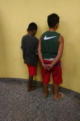 crianças-presas-roubo-de-colar