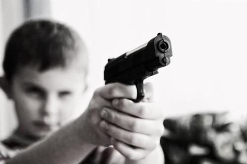 criança arma-RxmXbgaHKlQsiwTZda9W5YM-1200x800@GP-Web